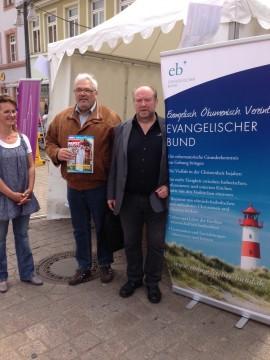 Martin Schuck, Vorsitzender EB  Württemberg und Ksenija Auksutat, Generalsekretärin EB, am Stan beim ökumenischen Kirchentag in Speyer