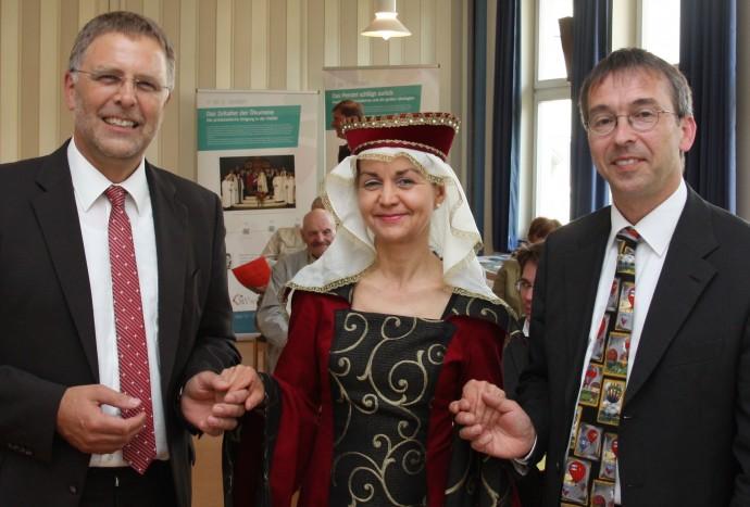 Foto (Lösch) Sophie von Brabant, die Begründerin des Hauses Hessen aus dem 13. Jahrhundert, begrüßte zusammen mit Matthias Ullrich (links) und Dr. Volker Ortmann den neuen Evangelischen Bund Hessen.