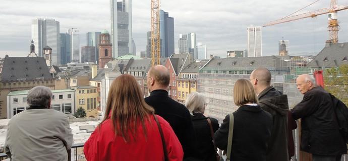 """Exkursionsgruppe beim Studientag """"Gottes Häuser in Frankfurt"""" (Foto Genthe)"""