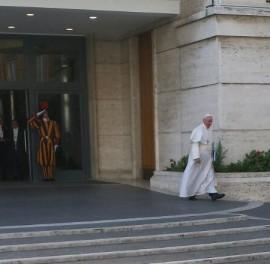 Der Papst auf dem Weg zur Synode (Foto: M. Bräuer)