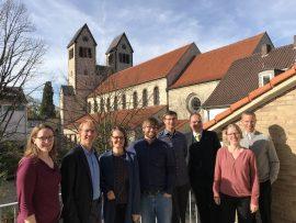 Tagungsteilnehmer*innen in Paderborn vor der Abdinghofkirche